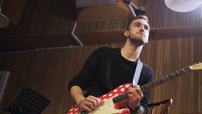 Junger Gitarrist, der auf das Rhytm von Musik umzieht stock video