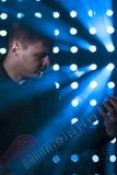 Junger Gitarrist, der auf E-Gitarre spielt Lizenzfreie Stockbilder