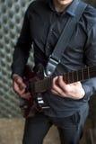 Junger Gitarrist, der auf E-Gitarre spielt Lizenzfreies Stockfoto