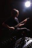 Junger Gitarrist, der Gitarre spielt Lizenzfreies Stockbild