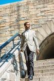 Junger glücklicher Afroamerikaner-Geschäftsmann, der in New York C reist stockfotografie