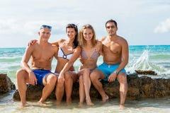 Junger glücklicher Freunde havin Spaß auf dem Strand stockfotos