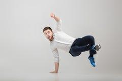 Junger glücklicher Geschäftsmann mit Bart im HemdBreakdancen auf gre lizenzfreies stockfoto