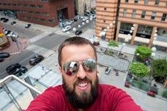 Junger glücklicher lächelnder Mannreisender machen selfie auf dem city11 Lizenzfreies Stockfoto