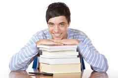 Junger glücklicher männlicher Kursteilnehmer mit Studienbüchern Lizenzfreie Stockfotos