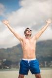 Junger glücklicher Mann, der seine Ferien genießt Stockfotografie