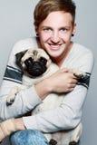 Junger glücklicher Mann mit Hund. Stockfoto