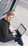 Junger glücklicher Mann mit Laptop Lizenzfreies Stockbild