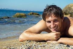 Junger glücklicher Mann nahe dem Meer Lizenzfreies Stockfoto