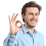 Junger glücklicher positiver Jugendlichmann, der o.k. gestikuliert Stockfotografie