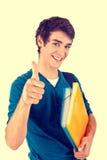 Junger glücklicher Student, der sich Daumen zeigt lizenzfreie stockbilder