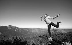 Junger glücklicher weiblicher Wanderer an der Gebirgsspitze lizenzfreies stockfoto