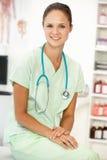 Junger glücklicher weiblicher Krankenhausdoktor Stockbilder
