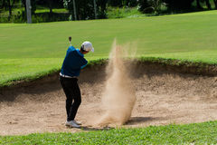 Junger Golfspieler lizenzfreie stockfotografie