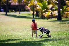 Junger Golfspieler stockfotos