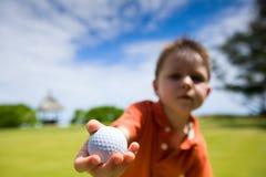 Junger Golfspieler stockbild