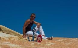 Junger grober Mann im Urlaub Marineart Lizenzfreies Stockfoto