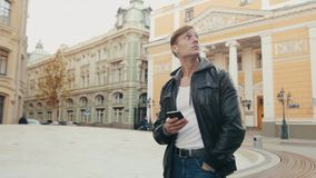 Junger grober Mann reist in eine nicht vertraute europäische Stadt stock video footage