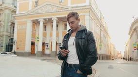 Junger grober Mann verständigt sich mit einem Partner in der Bote European-Stadt stock video