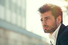 Junger gutaussehender Mann bärtig Frisur draußen Hoffnungshaltung Lizenzfreie Stockfotos