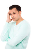 Junger gutaussehender Mann betroffen, gesorgt und Denken lizenzfreie stockbilder