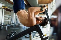 Junger gutaussehender Mann, der Übung für Bauchmuskeln tut Lizenzfreie Stockfotos