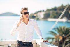 Junger gutaussehender Mann, der Aufenthalt im Luxus-Resort-Hotel mit Panoramablick auf dem Meer genießt stockbilder