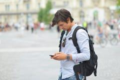 Junger gutaussehender Mann, der mit intelligentem Mobiltelefon fotografiert Lizenzfreie Stockfotografie