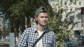 Junger gutaussehender Mann, der Musik auf Kopfhörern hört stock video