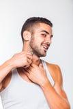 Junger gutaussehender Mann, der seinen Bart trimmt Lizenzfreies Stockfoto