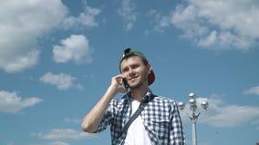 Junger gutaussehender Mann, der am Telefon spricht stock video