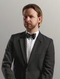 Junger gutaussehender Mann im schwarzen klassischen Kostüm Lizenzfreies Stockbild