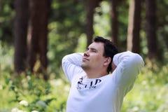 Junger gutaussehender Mann im Weiß schaut oben Lizenzfreies Stockfoto