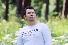 Junger gutaussehender Mann im Weiß schaut oben Lizenzfreie Stockfotografie