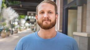 Junger gutaussehender Mann mit Bart stockbild