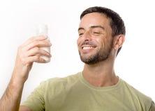 Junger gutaussehender Mann mit Bart-Trinkmilch stockfotografie