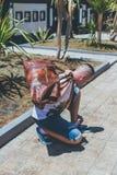 Junger gutaussehender Mann mit Luxus-snakeskin Pythonschlangen-Reisetasche Bali-Insel, Indonesien Lizenzfreie Stockfotografie