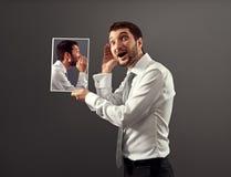 Hörender Mann seine innere Stimme Lizenzfreie Stockbilder