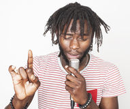 Junger hübscher Afroamerikanerjungen-Gesang emotional mit dem Mikrofon lokalisiert auf weißem Hintergrund, beim Bewegungsgestikul lizenzfreies stockfoto