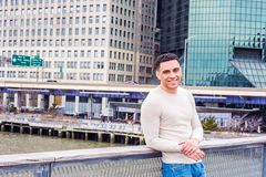 Junger hübscher amerikanischer Mann, der in New York reist, lizenzfreie stockfotos