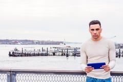 Junger hübscher amerikanischer Mann, der in New York reist stockbilder
