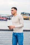 Junger hübscher amerikanischer Mann, der in New York reist lizenzfreies stockbild