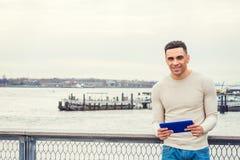 Junger hübscher amerikanischer Mann, der in New York reist lizenzfreie stockfotografie