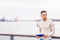 Junger hübscher amerikanischer Mann, der in New York reist stockfotos
