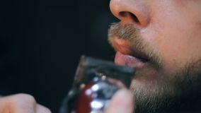 Junger hübscher bärtiger Mann, der einen Haarschnitt in einem modernen Friseursalon erhält stock footage