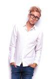 Junger hübscher blonder Mann, der mit den Händen in den Taschen aufwirft Lizenzfreie Stockfotografie