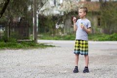 Junger hübscher blonder Schüler in der Freizeitbekleidung mit lustigem ser Stockfoto