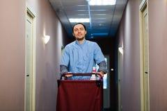 Junger hübscher Druckreinigungswarenkorb - eine Reihe HOTEL-Bilder Lizenzfreie Stockfotos
