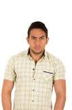 Junger hübscher ernster hispanischer Mann mit einem Stirnrunzeln stockbilder