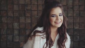 Junger hübscher Frau Brunette, der zur Kamera und zum Lachen schaut stock footage